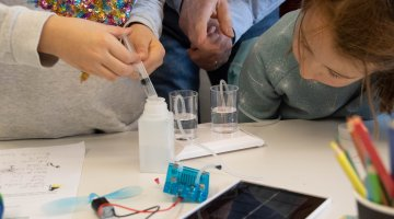 Children experiment with a hydrogen fuel cell at the FCHgo kidslab of ZHAW in Winterthur